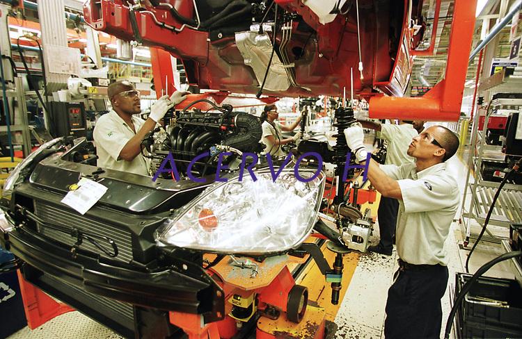 Operários Montam o Motor na Carroceria na Fábrica da Ford instalada no polo industrial do município de Camaçarí na Bahia para produção dos modelos Ecosport e Fiesta. <br />Foto Paulo Santos/Interfoto<br />09/06/2003<br />Camaçarí, Bahia Brasil