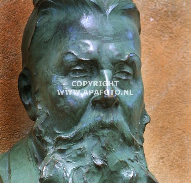 nijmegen bronzen buste van oprichter museum kam dhr. kam<br />foto sjef prins APA-foto