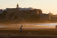Afrique/Afrique du Nord/Maroc/Rabat: la kasbah des Oudaïas vue depuis la plage de Salé dans la lumière du soir