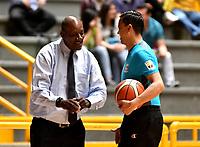 BOGOTA – COLOMBIA - 21 – 05 - 2017: Plinio Rosero (Izq.),  entrenador de Cimarrones de Choco, dialoga con Hernan Melgarejo (Der.) juez, durante partido entre Piratas de Bogota y Cimarrones de Choco por la fecha 2 de Liga  Profesional de Baloncesto Colombiano 2017 en partido jugado en el Coliseo El Salitre de la ciudad de Bogota. / Plinio Rosero (L), coach of Cimarrones de Choco, speaks with Hernan Melgarejo (R) referee, during a match between Piratas of Bogota and Cimarrones of Choco, of the date 2 for La Liga  Profesional de Baloncesto Colombiano 2017, game at the El Salitre Coliseum in Bogota City. Photo: VizzorImage / Luis Ramirez / Staff.