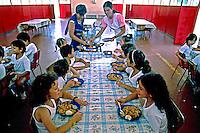 Alunos almoçando em Escola Municipal. São Paulo. 1990. Foto de Juca Martins.