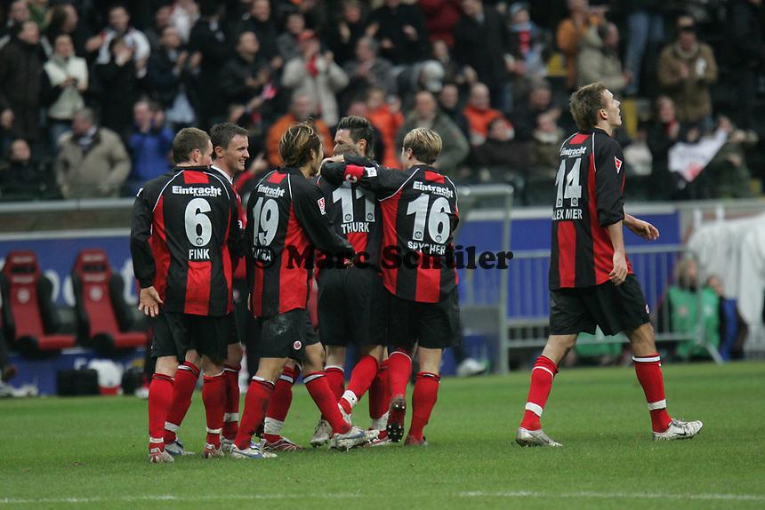Die Spieler von Eintracht Frankfurt begl¸ckw¸nschen Torsch¸tzen Michael Thurk zum 2:0