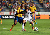 Thursday 29 August 2013<br /> Pictured: Alejandro Pozuelo (R) of Swansea challenged by Geraldo Alves of Petrolul Ploiesti (L)<br /> Re: Petrolul Ploiesti v Swansea City FC UEFA Europa League, play off round, 2nd leg, Ploiesti, Romania.