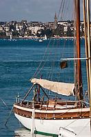 Europe/France/Bretagne/35/Ille-et-Vilaine/Saint-Malo/ Vieux gréement au port de Saint-Servan  et en fond la cité de Saint-Malo
