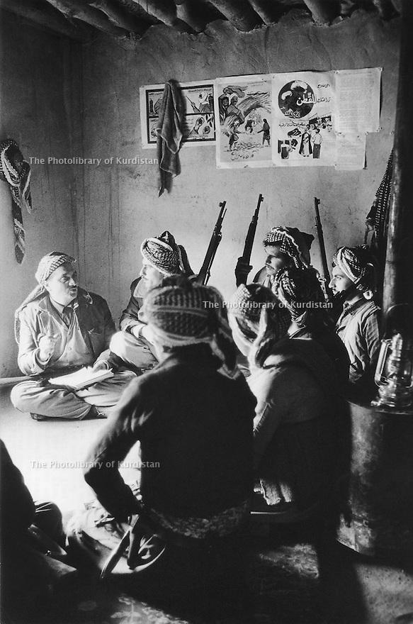 Iraq 1974 <br /> The resumption of hostilities, secret briefing in an outpost  <br /> Irak 1974 <br /> La reprise de la lutte armée, briefing dans un poste de commandement secret