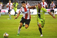 BARRANQUILLA- COLOMBIA -21-05-2016: Roberto Ovelar, (Izq.) jugador de Atletico Junior disputa el balón con Mayer Candelo (Der.) jugador de Cortulua, durante partido entre Atletico Junior y Cortulua, de la fecha 19 de la Liga Aguila I-2016, jugado en el estadio Metropolitano Roberto Melendez de la ciudad de Barranquilla. / Roberto Ovelar, (L) player of Atletico Junior vies for the ball with Mayer Candelo (R) player of Cortulua, during a match between Atletico Junior and Cortulua, for date 19 of the Liga Aguila I-2016 at the Metropolitano Roberto Melendez Stadium in Barranquilla city, Photo: VizzorImage  / Alfonso Cervantes / Cont.