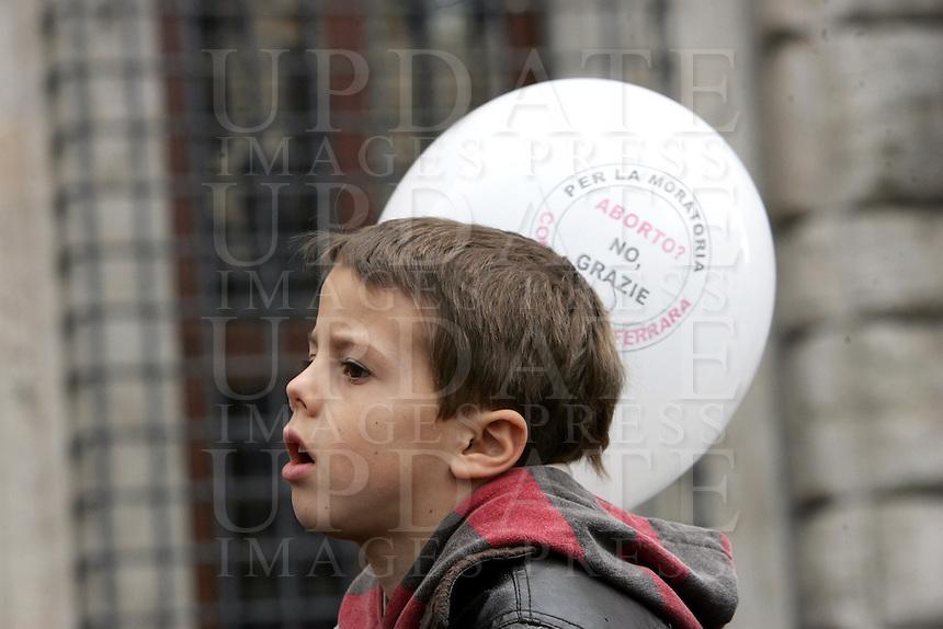 """Un bambino alla manifestazione indetta dalla lista """"Aborto? No grazie"""" a Roma, 8 marzo 2008..A child at the demonstration promoted by the list """"Abortion? No thanks"""" in Rome, 8 march 2008..UPDATE IMAGES PRESS/Riccardo De Luca"""