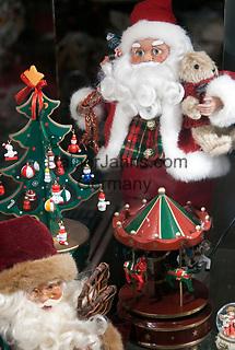 Oesterreich, Salzburger Land, Stadt Salzburg: nostalgischer Weihnachtsmann, Weihnachtsdekoration   Austria, Salzburger Land, Salzburg: nostalgic Santa Claus, Christmas decoration