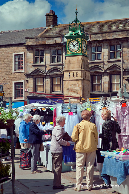 Street market in Otley, Yorkshire, UK. The market was established by King Henry lll in 1222 and is still held in the medieval Market Place, now looked over by the Jubilee Clock tower which was erected to commemorate men from the town who fell in the war in South Africa in the 19th Century