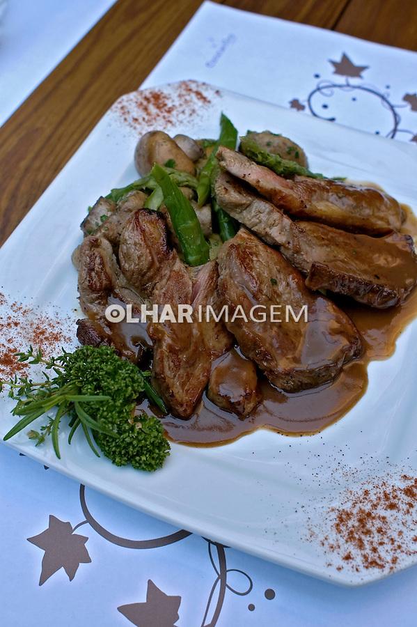 Alimentos.  Pratos. Carne. Foto de Cris Berger.