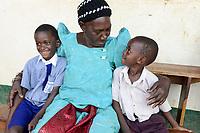 UGANDA, Kampala, Emmaus Zentrum, Familie, Grossmutter mit Enkeln