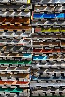 Palettenstapel: EUROPA, DEUTSCHLAND, HAMBURG, (EUROPE, GERMANY), 26.03.2013: Paletten auf einem Stapel, <br /> Eine Europoolpalette (umgangssprachlich: Europalette; in abgekuerzter Form auch FP für Flachpalette) kann eine beliebige Palette aus dem Tauschsystem des Europool sein. Typischerweise ist die durch EN 13698-1 genormte, mehrwegfaehige Transportpalette mit einer Grundfläche von 0,96 Quadratmeter und den Maßen 1200 × 800 × 144 mm sowie einem Eigengewicht von 20–24 kg gemeint. Sie wird von 78 Spezialnaegeln zusammengehalten.