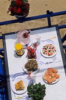 Europe/Espagne/Catalogne/Barcelone : Petite friture , pan con tomate, esquexada, morue à la Llauna, à la table d'un restaurant de la plage