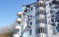 Nederland - Amsterdam- 2021. Muurschildering Diversity in Bureaucracy bij het Leidseplein. Kunstwerk van de Amsterdamse kunstenaar Judith de Leeuw. Het werk is gemaakt met revolutionaire verf die de lucht zuivert, Airlite. De Leeuw schilderde een Surinaamse ballerina die danst in een wervelwind van administratieve papieren van de gemeente Amsterdam. Met de muurschildering probeert ze thema's als saamhorigheid, klassenongelijkheid en bureaucratie te benadrukken. Foto ANP / Hollandse Hoogte / Berlinda van Dam