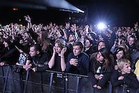 Das Festival With Full Force geht in die 18. Runde. 60 Bands aus der Hardcore-, Punk- und Metallszene haben sich auf dem haertesten Acker Deutschlands nahe Roitzschjora versammelt. Dazu gesellen sich nach Angaben der Veranstalter Sven Borges, Mike Schorler und Roland Ritter fast 30000 Besucher aus aller Welt. Drei Tage lassen die Bands ihre stromgestaehlten Gitarren gluehen und pusten per Mega-Boxenwand das Gras von der Landebahn des Sportflugplatzes. im Bild: Metal-Fans draengen sich beim Auftritt von Bullet for my Valentine gen Buehne.   Foto: Alexander Bley