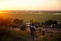ZAMBIA Barotseland Mongu, Mulamba at river Zambezi flood plain, women carry jerry can with water on the head / SAMBIA Barotseland , Stadt Mongu , Mulamba in der Flutebene des Zambezi Fluss