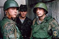 LETTLAND, 20.08.1991.Riga.Waehrend des Anti-Gorbatschow-Putsches versuchen sowjetische Truppen, die Kontrolle ?ber Riga zu erhalten, mit dem Scheitern des Putsches gewinnt Lettland endgueltig seine Unabhaengigkeit. Ð Jugendliche sowjetische Fallschirmjaeger bewachen den Eingang des besetzten Rundfunkgebaeudes am Domplatz..During the anti-Gorbachev-coup Soviet troops try to obtain control of Riga. With the failure of the coup Latvia finally regains its independence. - Young Soviet paratroopers guarding the entrance of the occupied public radio central at the cathedral square..© Martin Fejer/EST&OST