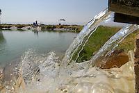 JORDANIEN Wassermangel und Landwirtschaft im Jordan Tal, Wasserspeicher mit Wasser aus dem Jordan Fluss / JORDAN, water shortage and agriculture in the Jordan valley , pond with water from Jordan river