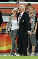 Wolfsburg , 100711 , FIFA / Frauen Weltmeisterschaft 2011 / Womens Worldcup 2011 , Viertelfinale ,  Deutschland (GER) - Japan (JPN) .DFB-Präsident Dr. Theo Zwanziger tröstet Trainerin Silvia Neid (GER) nach der 1:0 Niederlage gegen Japan , Deutschland scheidet nach verlängerung aus der WM aus .Foto:Karina Hessland .