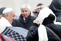 Papa Francesco saluta i fedeli sotto la pioggia al termine dell'udienza generale del mercoledi' in Piazza San Pietro, Citta' del Vaticano, 22 gennaio 2014.<br /> Pope Francis greets faithful as rain falls at the end of his weekly general audience in St. Peter's Square at the Vatican, 22 January 2014.<br /> UPDATE IMAGES PRESS/Riccardo De Luca<br /> <br /> STRICTLY ONLY FOR EDITORIAL USE
