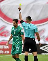 BOGOTA-COLOMBIA, 15-10-2020: Edilson Ariza, arbitro muestra tarjeta amarilla a Juan Mahecha de La Equidad, durante partido de la fecha 14 entre Independiente Santa Fe y La Equidad, por la Liga BetPlay DIMAYOR 2020 en el estadio Nemesio Camacho El Campin de la ciudad de Bogota. / Edilson Ariza, referee shows yellow card to Juan Mahecha of La Equidad, during a match of the 14th date between Independiente Santa Fe and La Equidad, for the BetPlay DIMAYOR Leguaje 2020 at the Nemesio Camacho El Campin Stadium in Bogota city. / Photo: VizzorImage / Luis Ramirez / Staff.