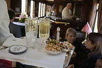 Europe/République Tchèque/Prague:A bord de l'Orient-Express Train de Luxe qui assure la liaison Calais,Paris , Prague,Venise - Service du champagne dans la voiture bar [Non destiné à un usage publicitaire - Not intended for an advertising use]