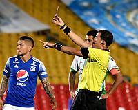 BOGOTA - COLOMBIA, 31-10-2020: Jhon Ospina, arbitro muestra tarjeta roja a Juan Pablo Vargas (Fuera de Cuadro) de Millonarios F. C. durante partido entre Millonarios F. C. y Atletico Nacional de la fecha 17 por la Liga BetPlay DIMAYOR 2020 jugado en el estadio Nemesio Camacho El Campin de la ciudad de Bogota. / Jhon Ospina, referee shows red card to Juan Pablo Vargas (Out of Pic) of Millonarios F. C. during a match between Millonarios F. C. and Atletico Nacional of the 17th date for the BetPlay DIMAYOR League 2020 played at the Nemesio Camacho El Campin Stadium in Bogota city. / Photo: VizzorImage / Luis Ramirez / Staff.