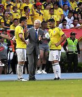 BARRANQUILLA - COLOMBIA- 10-11-2016: Jose Pekerman (Cent), técnico, de Colombia, da instrucciones a James Rodriguez (Izq.) y Radamel Falcao Garcia (Der.) durante partido entre los seleccionados de Colombia y Chile, de la fecha 11 válido por la clasificación a la Copa Mundo FIFA Rusia 2018, jugado en el estadio Metropolitano Roberto Melendez en Barranquilla.  /  Jose Pekerman (C), coach of Colombia, gives instructions to James Rodriguez (L) and Radamel Falcao Garcia (R)  during match between the teams of Colombia and Chile, for the date 11 valid for the Qualifier to the FIFA World Cup Russia 2018, played at Metropolitan stadium Roberto Melendez in Barranquilla. Photo: VizzorImage / Luis Ramirez / Staff.
