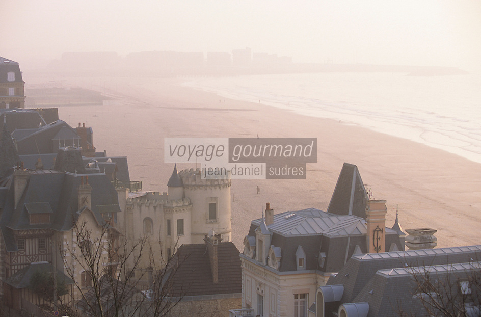 Europe/France/Normandie/Basse-Normandie/14/Calvados/Trouville: Dans la lumière du soir, vue sur les villas de la plage depuis la table d'orientation de la corniche