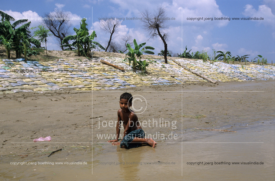INDIA Bihar, Monsoon flood and submergence at Bagmati river a branch of Ganga River, dyke with sand bags / INDIEN Bihar, Ueberschwemmung am Bagmati Fluss im Monsun, Deich mit Sandsaecken