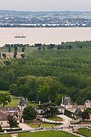 Europe/France/Aquitaine/33/Gironde/Saint-Julien-de-Beychevelle: Vue aérienne du Château Beychevelle et le Belem sur l' Estuaire de la Gironde