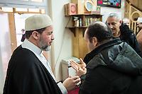 Imam Mohamed Taha Sabri von der Dar Assalam Moschee . Der Imam leitet auch die Neukoellner Begegnungsstaette e.V.. Fuer seine engagierte Arbeit bekam er 2015 den Verdienstordens des Landes Berlin verliehen.<br /> Im Bild: Viele Gottsdienstbesucher suchen nach dem Freutagsgebet den Rat des Imam. Laut Aussage des Imam sind ca. 80 Prozent der Menschen Fluechtlinge aus der nahe gelegenen Massenunterkunft im ehemeligen Flughafen Tempelhof.<br /> 26.2.2016, Berlin<br /> Copyright: Christian-Ditsch.de<br /> [Inhaltsveraendernde Manipulation des Fotos nur nach ausdruecklicher Genehmigung des Fotografen. Vereinbarungen ueber Abtretung von Persoenlichkeitsrechten/Model Release der abgebildeten Person/Personen liegen nicht vor. NO MODEL RELEASE! Nur fuer Redaktionelle Zwecke. Don't publish without copyright Christian-Ditsch.de, Veroeffentlichung nur mit Fotografennennung, sowie gegen Honorar, MwSt. und Beleg. Konto: I N G - D i B a, IBAN DE58500105175400192269, BIC INGDDEFFXXX, Kontakt: post@christian-ditsch.de<br /> Bei der Bearbeitung der Dateiinformationen darf die Urheberkennzeichnung in den EXIF- und  IPTC-Daten nicht entfernt werden, diese sind in digitalen Medien nach §95c UrhG rechtlich geschuetzt. Der Urhebervermerk wird gemaess §13 UrhG verlangt.]
