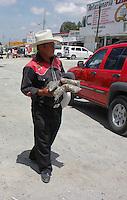 SAN JUAN DEL RIO, QRO.- VENDEDORES AMBULANTES DE LA CASETA DE COBRO PALMILLAS-QUERETARO. FOTO ALFRO MTZ