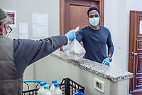 Corona virus e distribuzione del cibo, mensa Caritas, Como. Vengono preparati 250 pasti al giorno