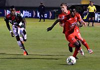 TUNJA-COLOMBIA, 29-01-2020: Jordy Monroy de Boyacá Chicó F. C., y Carlos Rivas de Patriotas Boyacá F. C., disputan el balón durante partido entre Boyacá Chicó F. C. y Patriotas Boyacá F. C., de la fecha 2 por la Liga BetPlay DIMAYOR I 2020 en el estadio La Independencia en la ciudad de Tunja. / Jordy Monroy of Boyacá Chicó F. C., and Carlos Rivas of Patriotas Boyacá F. C., figth the ball, during a match between Boyacá Chicó F. C. and Patriotas Boyacá F. C., of the 2nd date for the BetPlay DIMAYOR Leguaje I 2020 at La Independencia stadium in Tunja city. / Photo: VizzorImage / José Miguel Palencia / Cont.
