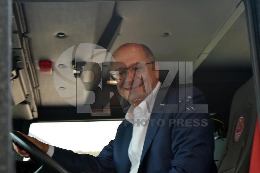 CAMPINAS,SP - 02.07.2015 - ALCKMIN-SP - O governador São Paulo, Geraldo Alckmin, entrega 21 novas viaturas e 57 equipamentos aos Corpos de Bombeiros das regiões de Campinas (7ºGP), Piracicaba (16ºGP) e Jundiaí (19ºGP) no Parque do Taquaral em Campinas/SP. nesta quinta-feria (2).(Foto: Eduardo Carmim/Brazil Photo Press)