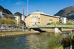 Austria, Upper Austria, Salzkammergut, Bad Ischl at river Traun | Oesterreich, Oberoesterreich, Salzkammergut, Bad Ischl: die Traun fliesst mitten durchs Zentrum, Bildmitte das ehemalige Hotel Elisabeth