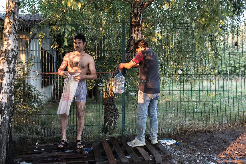 migranti  nei campi presso la vecchia fabbrica a Subotica<br />  migrants at the old factory in Subotica