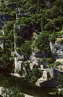Europe/France/Languedoc-Roussillon/48/Lozère/Gorges du Tarn/ env de Sainte-Enimie: Le village troglodytique de Catelbouc et les ruines de son château sur la rive gauche du Tarn