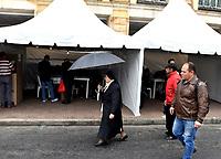 BOGOTÁ – COLOMBIA, 27-05-2018: Una religiosa, busca su puesto de votación durante la jornada de elecciones Presidenciales para el periodo 2018-2022. / A nun looks for her polling place, during the presidential election day for the period 2018-2022. Photo: VizzorImage/ Luis Ramirez / Staff.