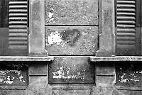 Milano, via Tadino, quartiere Porta Venezia. Un cuore disegnato sul muro scrostato di una casa, tra due finestre con le persiane chiuse --- Milan, Tadino street, Porta Venezia district. A heart painted on the peeling wall of a house, between two windows with the shutter closed