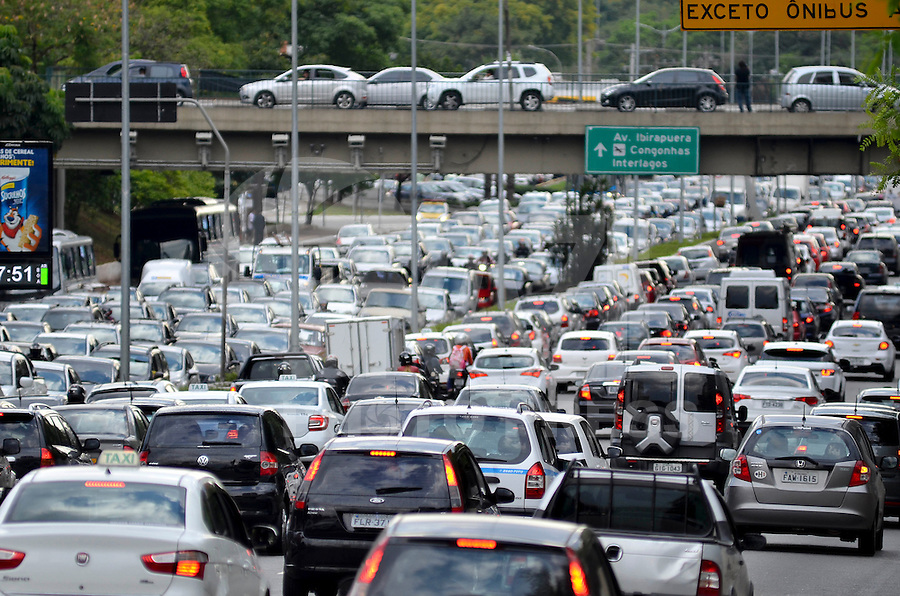 SÃO PAULO, SP, 07.11.2014 – TRÂNSITO EM SÃO PAULO: Trânsito na Av. 23 de Maio, próximo ao Parque do Ibirapuera, zona sul de São Paulo na tarde desta sexta feira. (Foto: Levi Bianco / Brazil Photo Press).