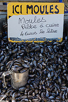 France, Ille-et-Vilaine (35), Côte d'Emeraude, Cancale,  loules de bouchot de la baie du MontSaint Michel au marché aux huîtres du port de la Houle  //  France, Ille et Vilaine, Cote d'Emeraude (Emerald Coast), Cancale, mussels market on the harbour