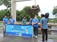 Recife (PE), 09/06/2021 - Protesto-Recife - Jornalistas e radialistas de Pernambuco juntos pela vacinação de profissionais de imprensa realizam um ato em frente ao monumento Tortura Nunca Mais em Recife.