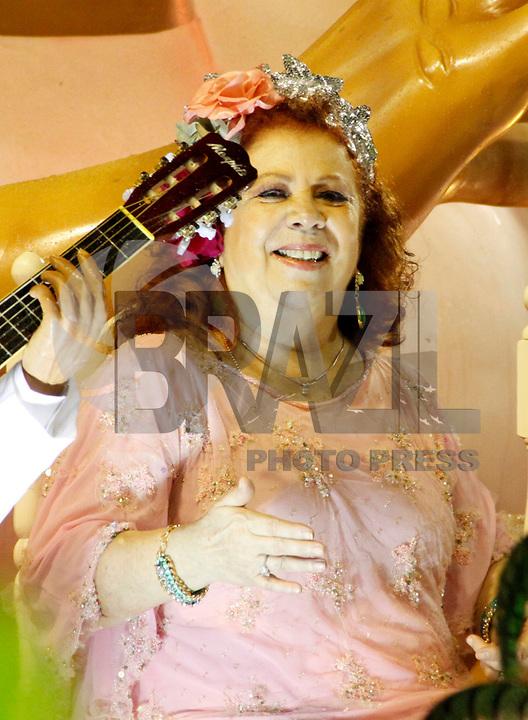 RIO DE JANEIRO, RJ, 07 DE MARÇO DE 2011 - CARNAVAL RJ - MANGUEIRA - A cantora Beth Carvalho desfila na Mangueira no primeiro dia de Desfile das Escolas de Samba do Grupo Especial do Rio de Janeiro, na Marquês de Sapucaí (Sambódromo), no centro da cidade, na madrugada desta segunda-feira (7). (FOTO: WILLIAM VOLCOV / NEWS FREE).