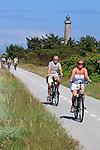 Denmark, Jutland, Skagen: Cyclists on Cycle path along Fyrvej with Skagen Fyr (lighthouse) behind | Daenemark, Juetland, Skagen: auf dem Fyrvej Radweg am Leuchtturm Skagen Fyr entlang
