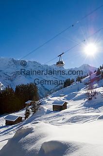 CHE, Schweiz, Kanton Bern, Berner Oberland, Muerren: Skipiste und Schilthornbahn vor Berner Alpen   CHE, Switzerland, Canton Bern, Bernese Oberland, Muerren: ski slope + Schilthorn cable car with Bernese Alps
