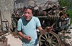 """Foto: VidiPhoto<br /> <br /> ROMAGNE – Bij de Slag om Verdun in 1916 tijdens de Eerste Wereldoorlog, is er zoveel oorlogsmaterieel achtergebleven, dat de akkers en bossen er nu nog mee bezaaid liggen. Dat trekt jaarlijks tienduizenden verzamelaars naar de voormalige oorlogsvelden, onder wie opmerkelijk veel Nederlanders. Officieel is het verboden oorlogsrestanten op te graven of te zoeken, mede vanwege ontploffingsgevaar. Wie betrapt wordt kan een boete krijgen van 7200 euro. Volgens de Nederlandse museumeigenaar Jean-Paul de Vries van museum Romagne '14-'18, wordt er """"goudgeld"""" betaald voor bijzondere vondsten. Een puntgave Duitse helm uit de eerste periode van de """"Great War"""", zoals de Eerste Wereldoorlog internationaal bekend staat, 'doet' al snel 1250 euro. Zelf zoekt hij al 42 jaar naar bodemvondsten met toestemming van grondeigenaren. Een deel daarvan wordt verkocht en een ander deel wordt in zijn museum geëxposeerd. Het laatste jaar krijgt hij veel -illegale- concurrentie van Polen, die verwachten snel rijk te worden. Dit jaar trekt Verdun en omgeving meer bezoekers dan ooit. In november is het namelijk precies 100 jaar geleden dat de wapenstilstand werd getekend tussen de geallieerden (Triple Entente) en de Centrale Mogendheden. De Eerste Wereldoorlog eiste 8,5 miljoen levens. Foto: Jean-Paul de Vries bij een kar vol oorlogsresten."""