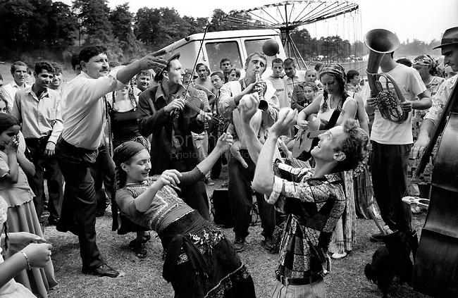 ROMANIA, Valachia, September 2002..Traditional gypsy festival in Valachia..ROUMANIE, Valachie, Septembre 2002..Festival tsigane en Valachie..© Bruno Cogez
