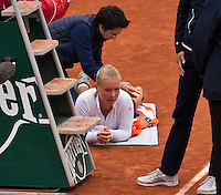 Paris, France, 01 June, 2016, Tennis, Roland Garros, Womans quarter final Kiki Bertens (NED) is treated for an injury in her match against Timea Bacsinszky (SUI)<br /> Photo: Henk Koster/tennisimages.com